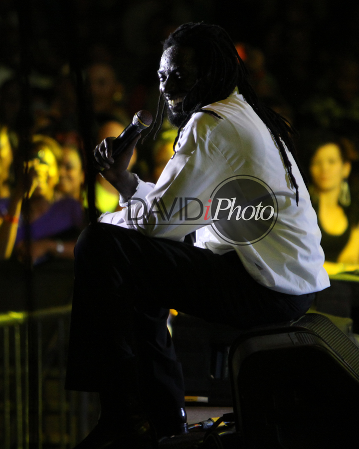 Buju chills with his fans